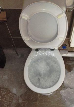 Elfagyott WC.