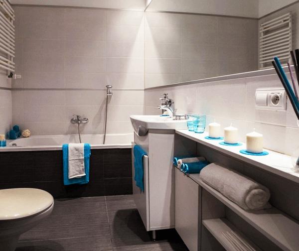 Ilyen szép fürdőszobát is lehet varázsolni panel lakásba