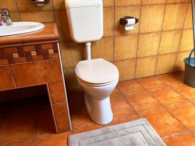 Alsó kifolyású WC. csésze